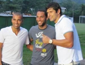 Emerson (esq) quando visitou seus ex-compaheiros de Fla juntamente com Ibson e Fábio Luciano