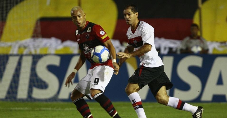 Atacante Júnior (e), do Vitória, marcou um dos gols da equipe contra o Atlético-GO