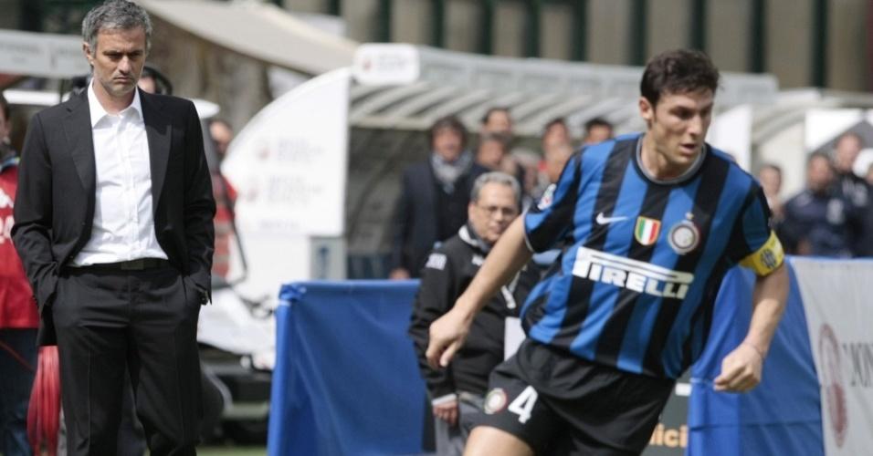 Técnico José Mourinho observa Javier Zanetti na Inter de Milão