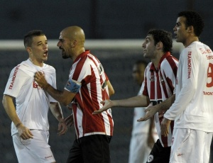 D'Alessandro (e) treinou nesta segunda e pode voltar ao time titular no jogo contra o Corinthians