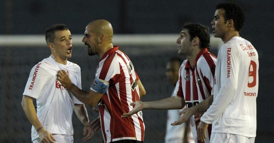 D'Alessandro (e) e Verón se desentendem em lance do jogo entre Inter e Estudiantes em Buenos Aires