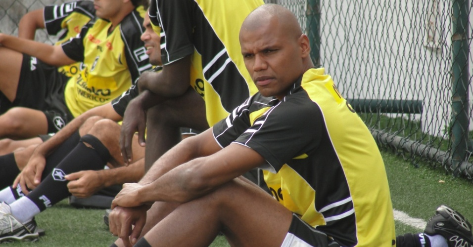 Goleiro Jefferson descansa durante treinamento físico do Botafogo
