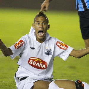 Neymar carrega o rótulo de cai-cai e está acostumado a reclamar da arbitragem sempre que uma falta não é marcada.