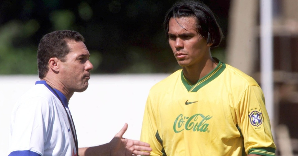 Vanderlei Luxemburgo orienta Giovanni durante treino da seleção brasileira em Salvador