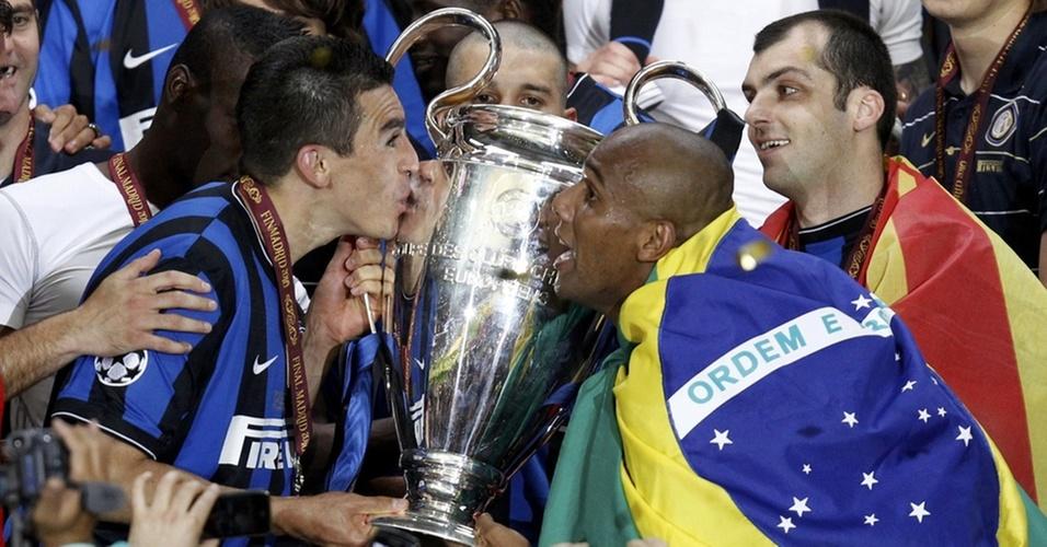 Brasileiros Lúcio e Maicon comemoram título da Liga dos Campeões, após Inter vencer Bayern de Munique por 2 a 0 na final