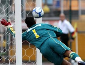 Rafael diz não ter falhado no gol de falta de Chicão e partiu em defesa do preparador de goleiros