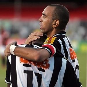 Tardelli cumprimenta Muriqui no lance do primeiro gol atleticano