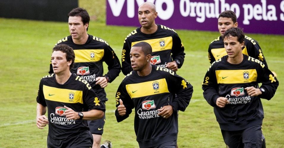Doni, Luisão, Thiago Silva, Elano, Robinho e Nilmar fazem treino com a seleção brasileira