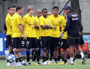 Técnico Silas conversa com jogadores do Grêmio antes do treino no Olímpico nesta segunda