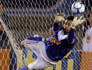 Fábio defende pênalti durante o jogo em que o Cruzeiro venceu o Botafogo, pela quarta rodada do Brasileirão