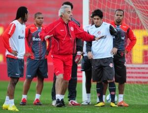 Nos treinos no Beira-Rio, técnico Jorge Fossati sinalizou a escalação do Inter no esquema 3-5-2