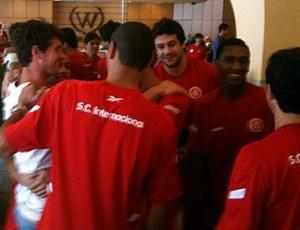 Zagueiro reencontrou companheiros de Inter no Rio de Janeiro, antes do jogo contra o Vasco