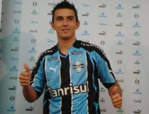 Uendel veste a camisa do Grêmio pela primeira vez e diz seguir exemplo de lateral Roger, ex-Grêmio