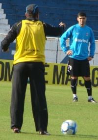 Silas orienta William em treino do Grêmio; centro avante segue