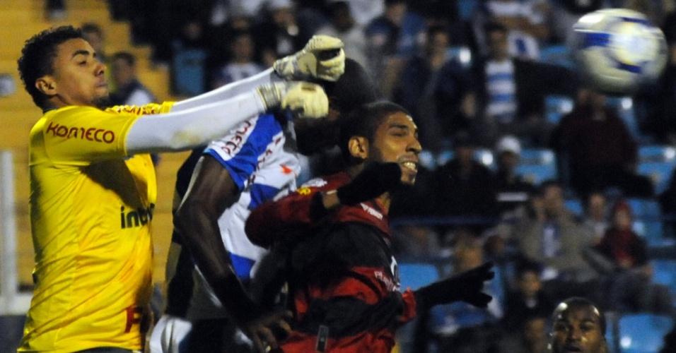Jogadores disputam a bola durante partida entre Avaí e Vitória, pelo Campeonato Brasileiro