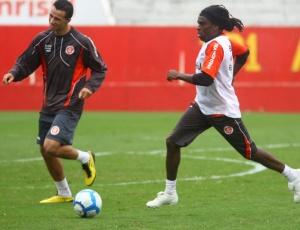 Tinga (d) treina ao lado de Leandro Damião: jogador é o reforço que vem treinando há mais tempo