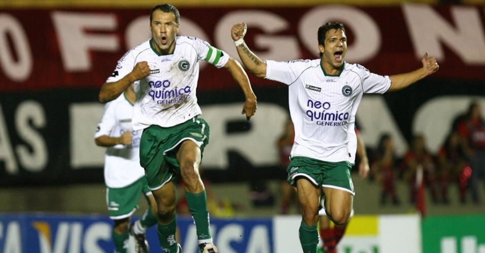 Romerito comemora um dos gols marcados por ele na vitória por 3 a 1 do Goiás sobre o Atlético-GO