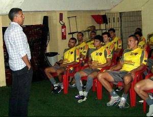 Toninho Cerezo conversa com jogadores do Sport; técnico comandou seu primeiro treino no clube