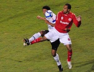 Alecsandro saiu do jogo no final do segundo tempo, mas foi quem mais chutou ao gol de Felipe