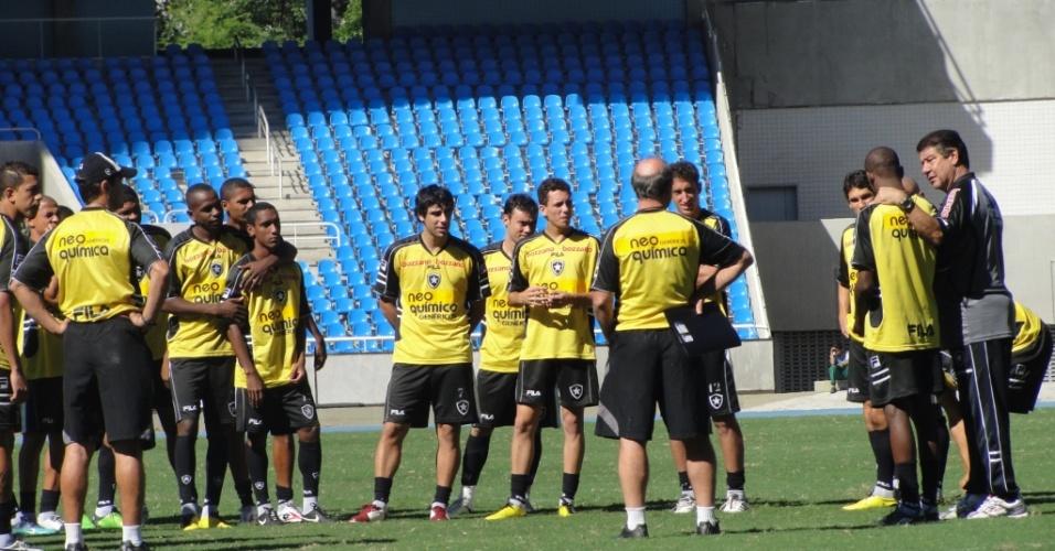 Joel Santana conversa com o grupo do Botafogo antes de comandar o coletivo