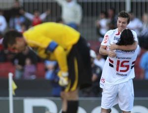 Dagoberto e Fernandão comemoram gol do São Paulo contra o Grêmio. Dupla fez 7 gols em 7 jogos.