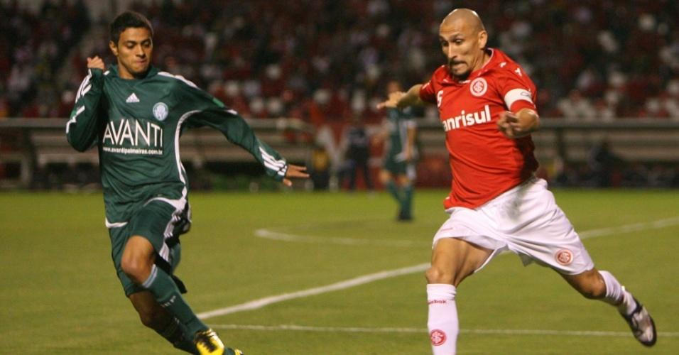 Guiñazu fica com a bola e é observado por Cleiton Xavier em lance do jogo entre Inter e Palmeiras