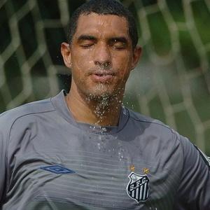 Fábio Costa se refrescando em treino do Santos