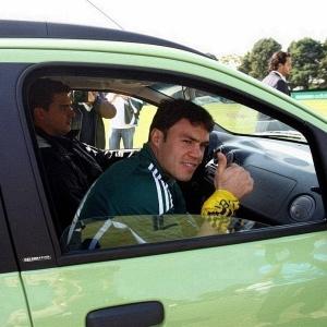Atacante Kleber chegou à Academia de Futebol<br>a bordo do carro da nova parceira do Palmeiras