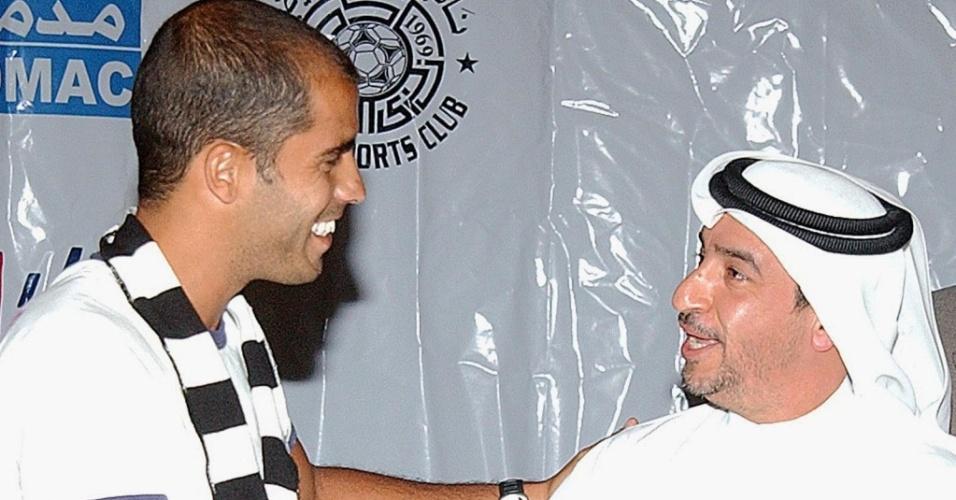 Meia Felipe é cumprimentado por dirigente do Al-Sadd
