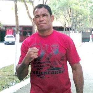 Rodrigo Minotauro foi ao Canindé nesta sexta e recebeu uma camiseta do zagueiro Domingos