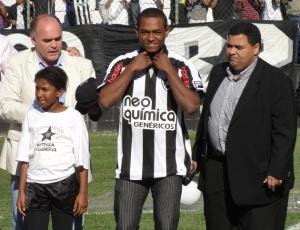 Presidente alvinegro Maurício Assumpção, Jobson e o vice de futebol, André Silva posam para fotos