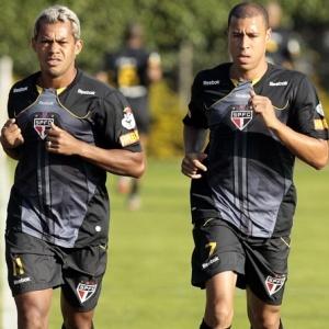 Reservas, Marcelinho Paraíba e Jorge Wagner correm ao lado de Marlos no CT. A dupla luta por uma vaga no meio-campo do São Paulo