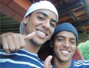 Alan (à esquerda), com o seu irmão Vinícius, passou suas folgas na cidade de Barbosa-SP