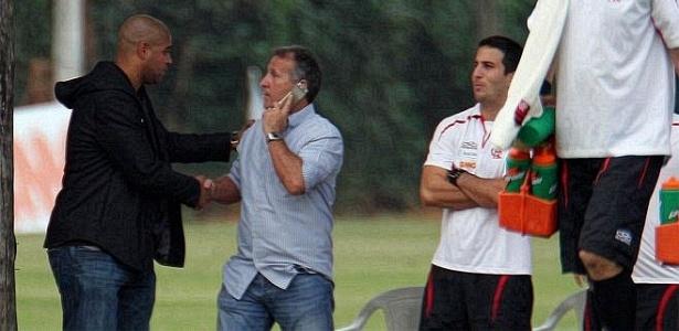 Adriano visita ex-companheiros em treino do Flamengo