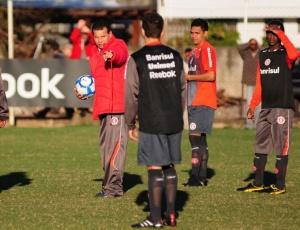 Já no primeiro treino tático, Celso Roth cobrou muito os jogadores do Inter; esquema foi o 4-5-1