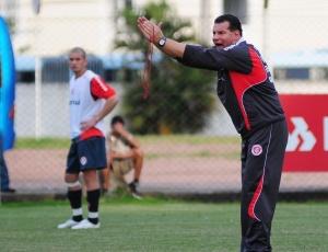 Celso Roth quer time do Inter conversando mais