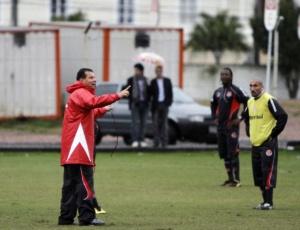 Celso Roth orienta Guiñazu e demais jogadores em treino tático do Inter, no estádio Beira-Rio