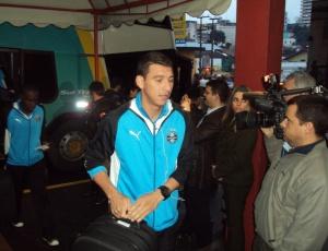 Ozeia, que vem ganhando a posição de titular na zaga, chega ao hotel em Santana do Livramento