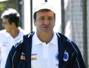Segundo dirigente, Cuca (f) informou a diretoria que grupo celeste não ultrapassará a 30 jogadores