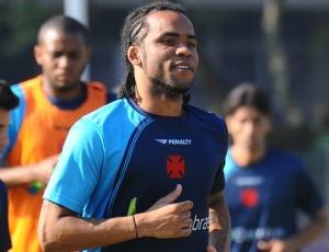 O meio-campo Carlos Alberto deverá ser titular do Vasco no compromisso de domingo, contra o Flu