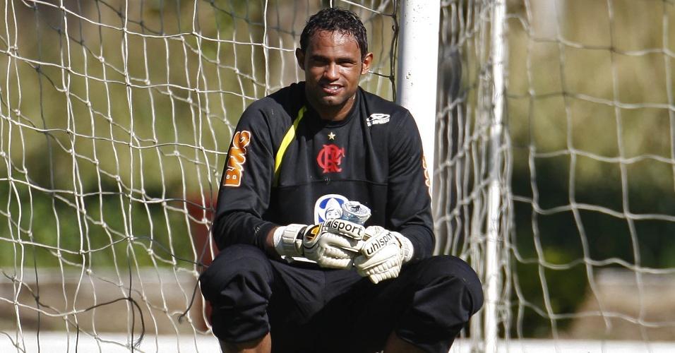 Goleiro Bruno descansa durante treinamento do Flamengo