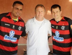 No centro, Zico apresenta os dois novos jogadores do Flamengo: Val Baiano (à esquerda) e Correa