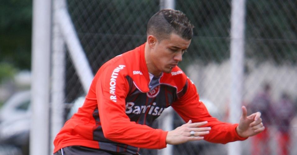 Meia D'Alessandro treina fisicamente no Inter