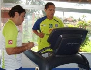Nesta segunda-feira pela manhã, o volante Fábio Bahia (d) fez treinos físicos na academia do Bahia