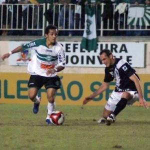 Rafinha disputa com um jogador vascaíno, na derrota do Coritiba por 3 a 2 nesta segunda