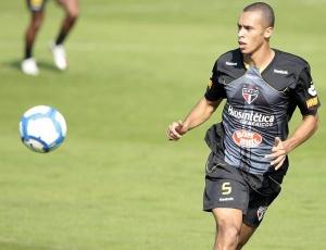 Miranda em treino no CT do São Paulo: últimos dias na Barra Funda para o zagueiro?