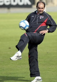 Técnico Ricardo Gomes brinca com bola em treino do São Paulo