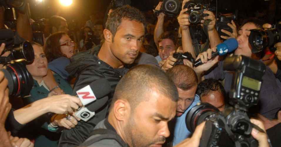 Goleiro Bruno chega à Divisão de Homicídios do Rio de Janeiro, na Barra da Tijuca