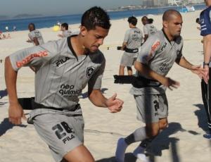 Antônio Carlos e Alessandro correm durante treinamento físico na praia do Leme nesta quinta