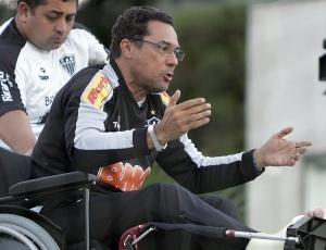 Luxa chama chefe da arbitragem de incompetente e diz que Atlético não pode ser prejudicado